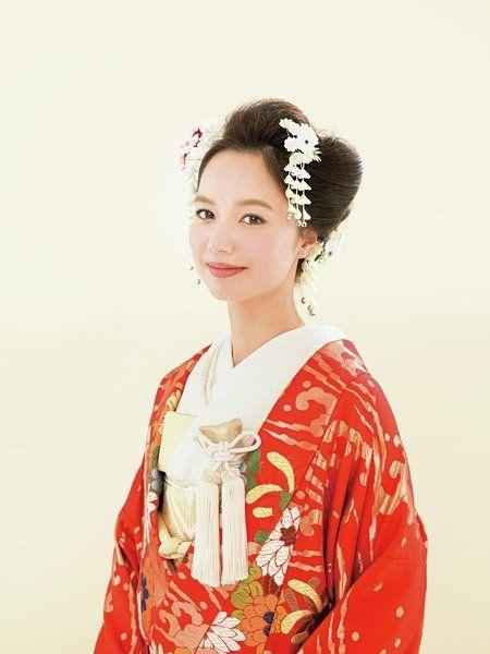 Hairstyle, Sleeve, Textile, Style, Hair accessory, Headpiece, Kimono, Costume, Portrait, Vintage clothing,