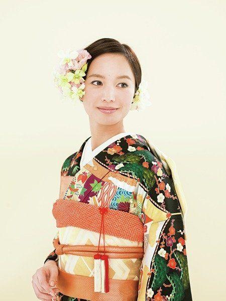 Hairstyle, Sleeve, Shoulder, Textile, Kimono, Fashion, Costume, Makeover, Day dress, Fashion design,
