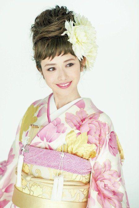 Hairstyle, Sleeve, Style, Hair accessory, Headgear, Costume, Fashion, Costume design, Kimono, Headpiece,