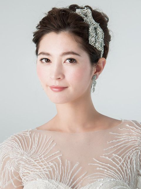Lip, Hairstyle, Chin, Forehead, Shoulder, Eyebrow, Hair accessory, Bridal accessory, Style, Headpiece,