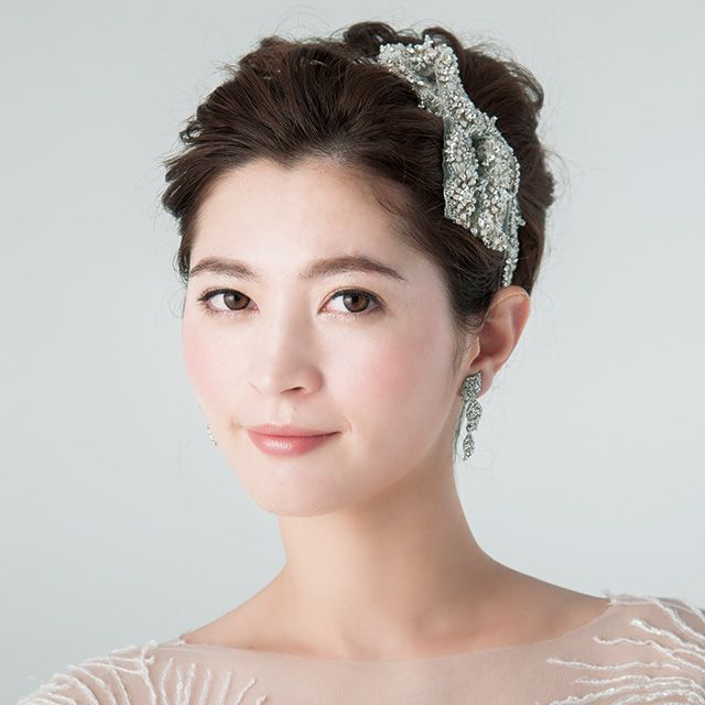 Lip, Hairstyle, Forehead, Shoulder, Eyebrow, Bridal accessory, Hair accessory, Style, Headpiece, Strapless dress,