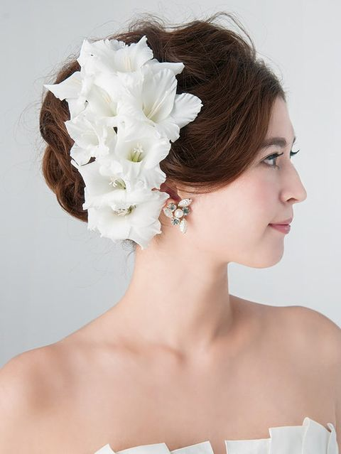 Hairstyle, Skin, Chin, Forehead, Shoulder, Petal, Hair accessory, Bridal accessory, Style, Headpiece,