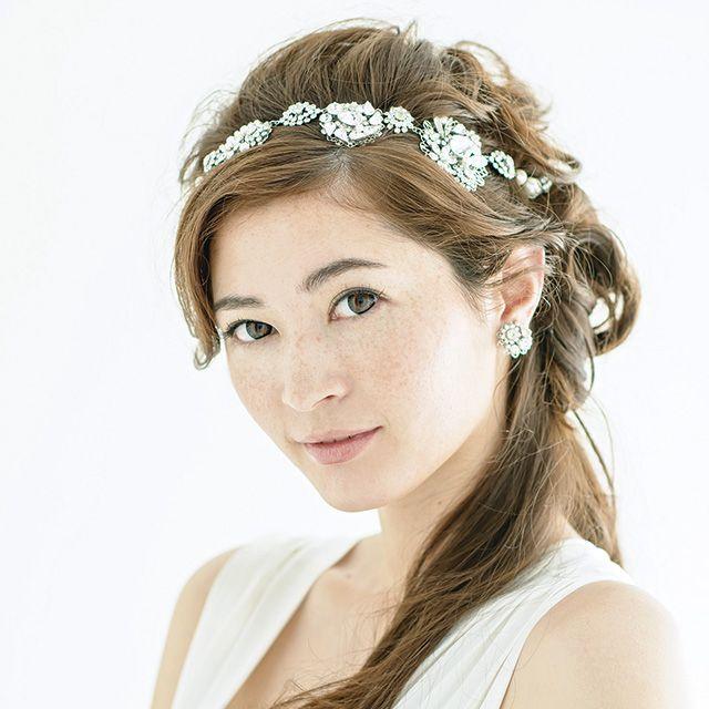 Hairstyle, Forehead, Eyebrow, Hair accessory, Headpiece, Style, Fashion accessory, Headgear, Bridal accessory, Dress,