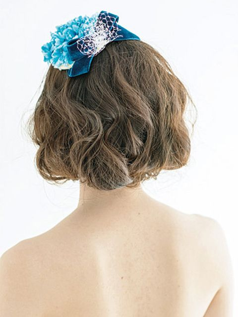 Hairstyle, Shoulder, Hair accessory, Joint, Headpiece, Back, Style, Bridal accessory, Fashion accessory, Headgear,