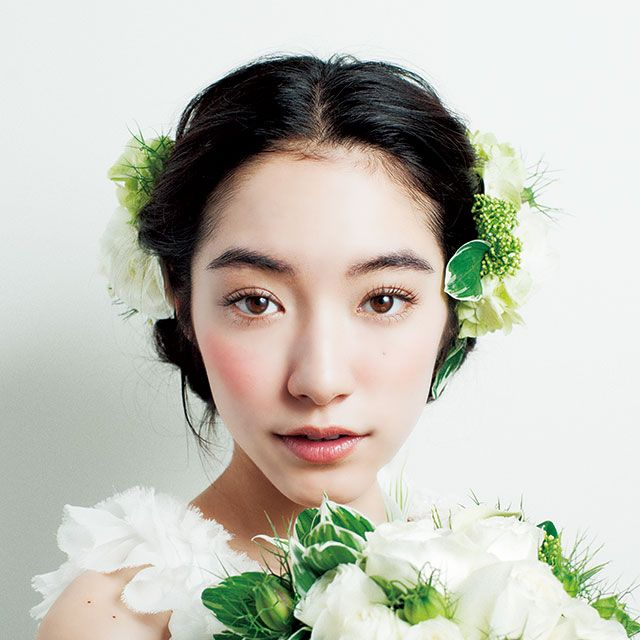 Petal, Hairstyle, Green, Skin, Eyebrow, Bouquet, Flower, Cut flowers, Beauty, Eyelash,