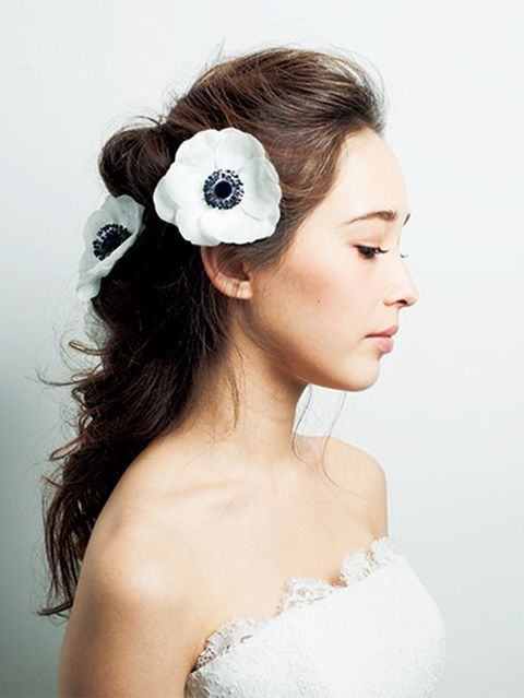 Hairstyle, Forehead, Shoulder, Petal, Hair accessory, Style, Beauty, Headgear, Headpiece, Bridal clothing,