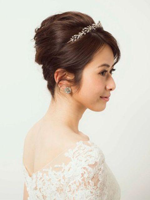 Ear, Hairstyle, Chin, Forehead, Shoulder, Eyebrow, Hair accessory, Bridal accessory, Headpiece, Style,