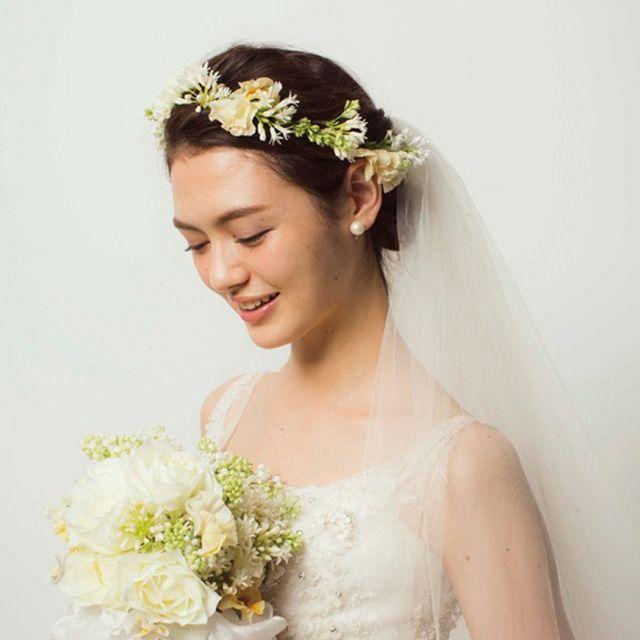 Clothing, Petal, Yellow, Skin, Bridal clothing, Textile, Photograph, Bridal accessory, White, Flower,