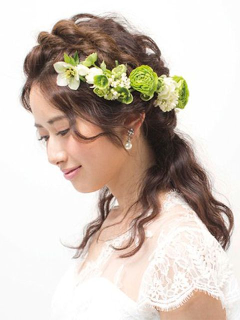 Hairstyle, Petal, Forehead, Hair accessory, Flower, Headpiece, Style, Bridal accessory, Dress, Bride,