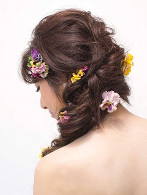 Hair, Brown, Yellow, Hairstyle, Petal, Forehead, Hair accessory, Flower, Style, Beauty,