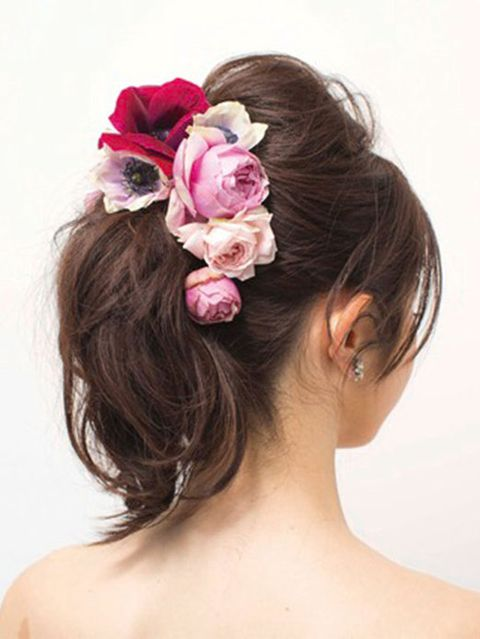 Hair, Ear, Hairstyle, Chin, Petal, Forehead, Shoulder, Hair accessory, Flower, Headpiece,