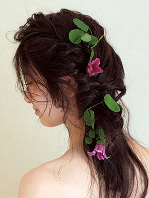 Hairstyle, Forehead, Petal, Shoulder, Hair accessory, Style, Beauty, Headgear, Long hair, Neck,