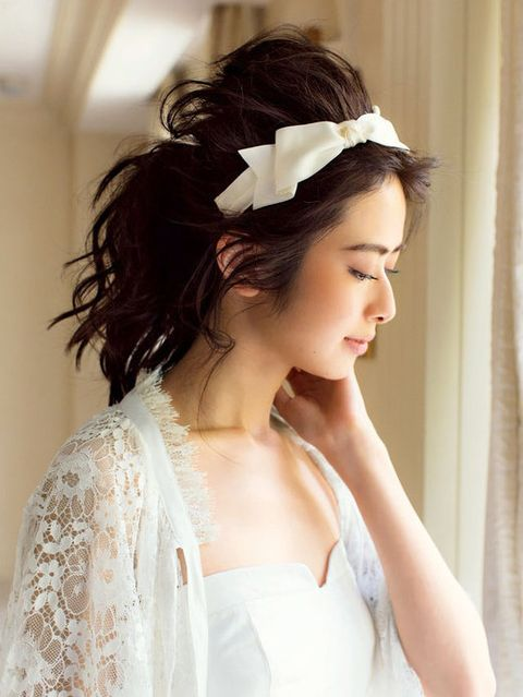 Clothing, Hairstyle, Forehead, Shoulder, Textile, Bridal accessory, Hair accessory, Style, Bridal clothing, Wedding dress,