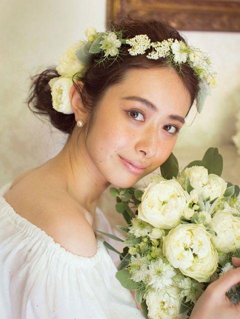 Petal, Hairstyle, Bouquet, Flower, Photograph, Hair accessory, Headpiece, Headgear, Fashion accessory, Cut flowers,