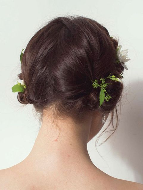 Ear, Hairstyle, Forehead, Shoulder, Style, Back, Hair accessory, Petal, Neck, Liver,