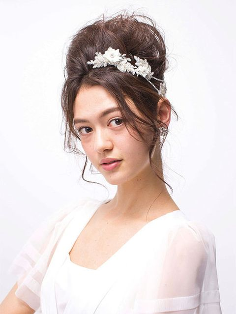 Clothing, Hairstyle, Forehead, Bridal accessory, Shoulder, Hair accessory, Headpiece, White, Style, Wedding dress,