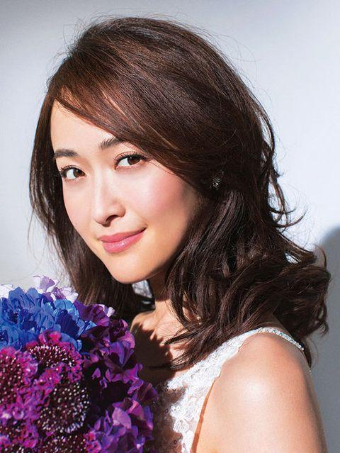 Lip, Hairstyle, Eyebrow, Petal, Eyelash, Bouquet, Beauty, Iris, Cut flowers, Black hair,
