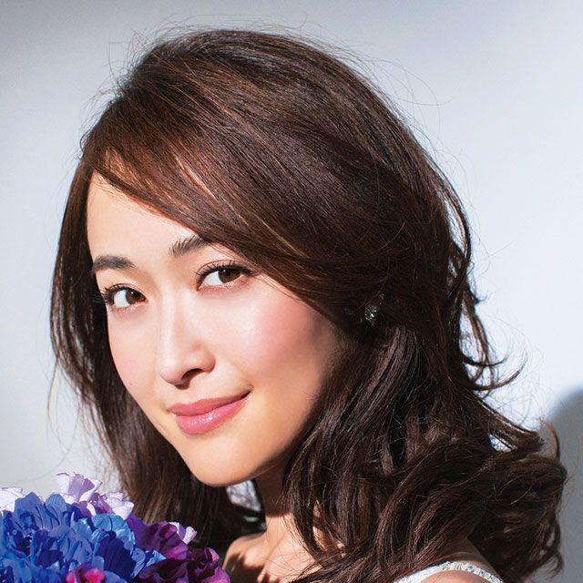 Lip, Hairstyle, Eyebrow, Petal, Eyelash, Beauty, Iris, Bouquet, Cut flowers, Black hair,