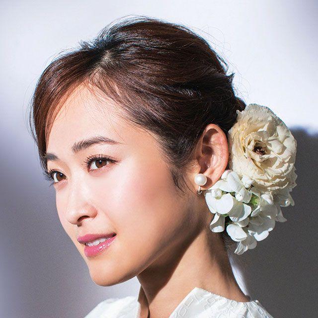 Hairstyle, Forehead, Eyebrow, Petal, Style, Eyelash, Beauty, Fashion, Hair accessory, Bridal accessory,