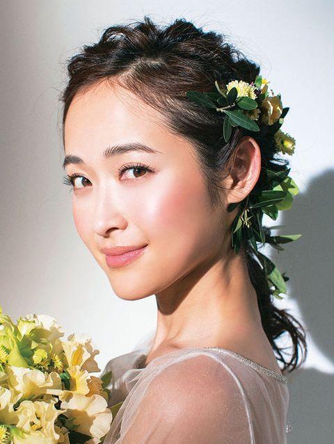 Hairstyle, Forehead, Petal, Eyebrow, Happy, Flower, Bouquet, Hair accessory, Beauty, Headgear,