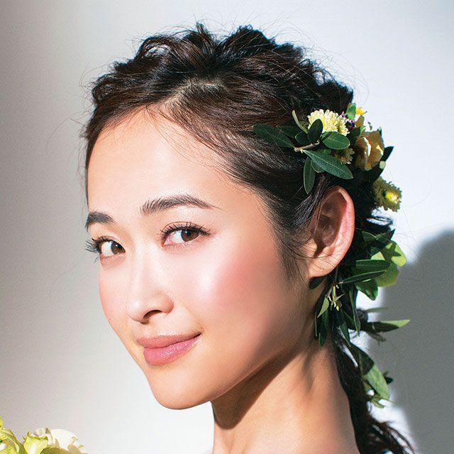 Hairstyle, Forehead, Petal, Eyebrow, Bouquet, Eyelash, Hair accessory, Headgear, Beauty, Bridal accessory,