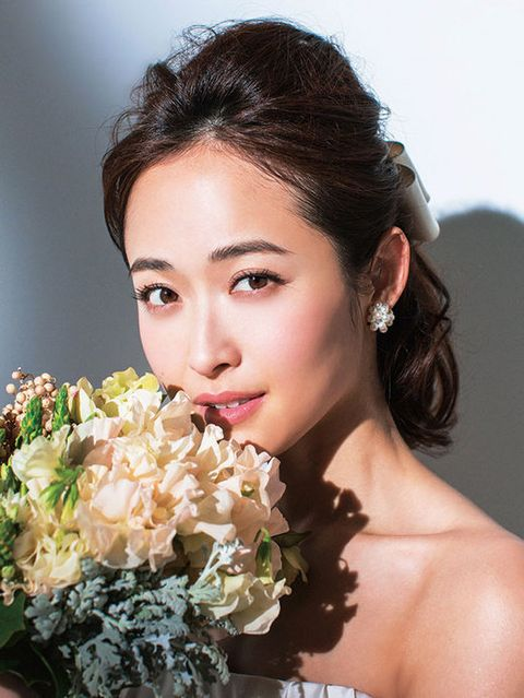 Petal, Hairstyle, Skin, Bouquet, Forehead, Eyebrow, Photograph, Flower, Eyelash, Earrings,