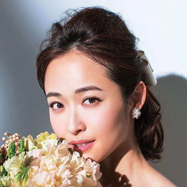 Hairstyle, Petal, Bouquet, Eyebrow, Photograph, Earrings, Eyelash, Flower, Style, Beauty,