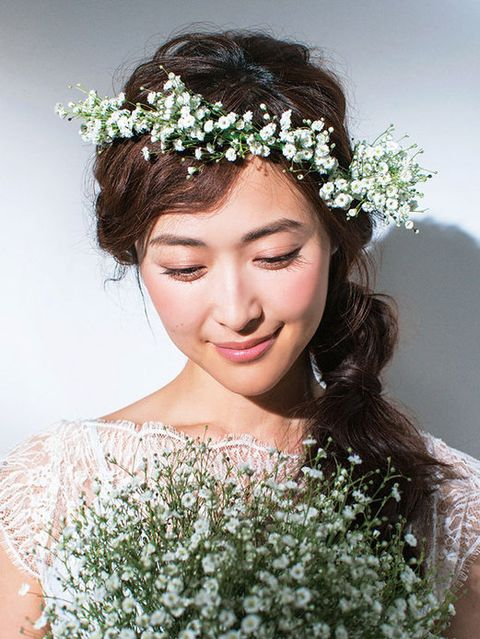 Hairstyle, Hair accessory, Petal, Headpiece, Flower, Fashion accessory, Bridal accessory, Headgear, Beauty, Wedding dress,