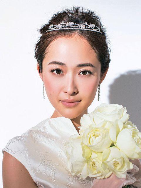 Hairstyle, Forehead, Eyebrow, Petal, Eyelash, Style, Bouquet, Beauty, Hair accessory, Fashion,