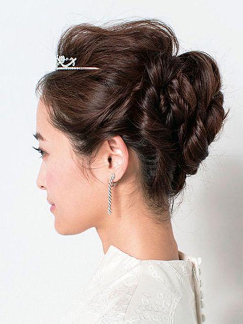 Ear, Hairstyle, Chin, Forehead, Earrings, Bridal accessory, Eyebrow, Fashion accessory, Hair accessory, Style,