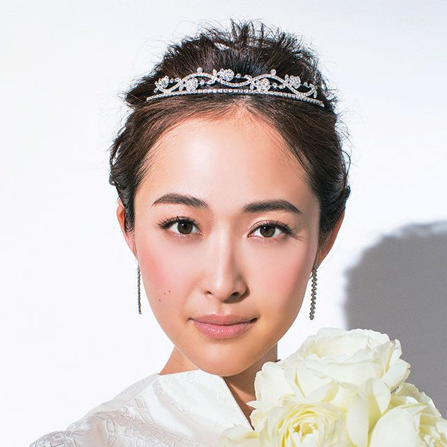 Hairstyle, Eye, Forehead, Petal, Eyebrow, Eyelash, Style, Hair accessory, Bouquet, Beauty,