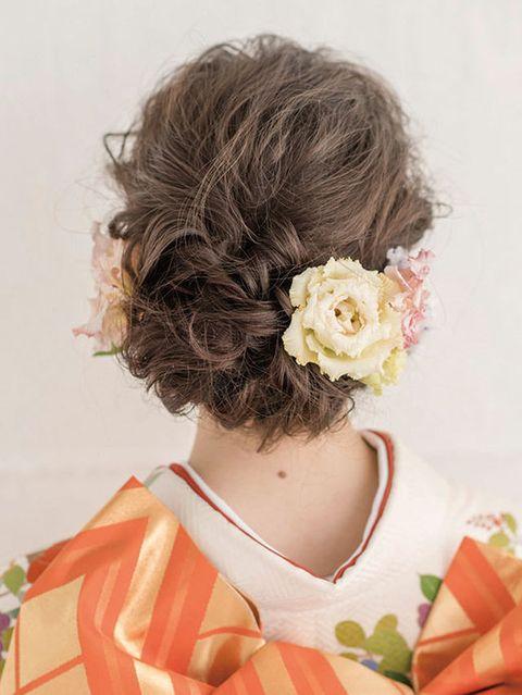 Hairstyle, Style, Petal, Orange, Peach, Brown hair, Long hair, Hair coloring, Costume, Hair accessory,