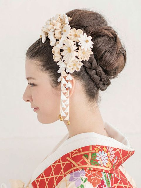 Hair, Ear, Hairstyle, Forehead, Petal, Hair accessory, Bridal accessory, Headpiece, Style, Fashion accessory,