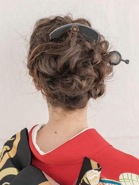 Hairstyle, Style, Sunglasses, Back, Costume accessory, Costume, Brown hair, Bun, Chignon, Costume design,