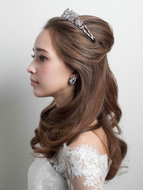 Lip, Hairstyle, Forehead, Eyebrow, Hair accessory, White, Dress, Headpiece, Style, Fashion accessory,