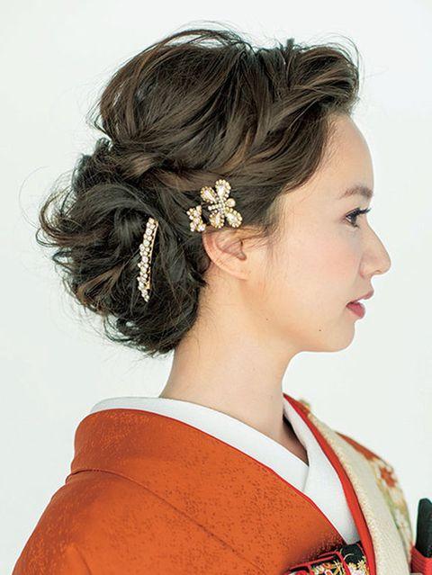Ear, Hairstyle, Chin, Forehead, Hair accessory, Style, Headgear, Fashion, Neck, Costume,