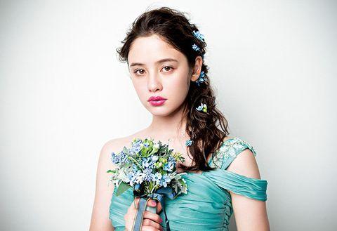 Hairstyle, Shoulder, Dress, Petal, Eyelash, Beauty, Cut flowers, Day dress, Strapless dress, Photography,