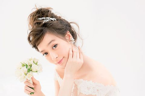 Clothing, Hairstyle, Petal, Bridal accessory, Dress, Bridal clothing, Hair accessory, Bride, Bouquet, Headpiece,