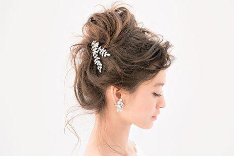 Hair, Hairstyle, Headpiece, Bun, Chignon, Bridal accessory, Hair accessory, Chin, Beauty, Forehead,