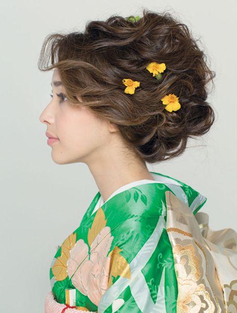 Hair, Hairstyle, Yellow, Brown hair, Long hair, Chignon, Black hair, Plant, Fashion accessory, Hair accessory,