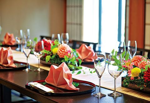 Restaurant, Brunch, Meal, Rehearsal dinner, Room, À la carte food, Banquet, Flower, Food, Centrepiece,
