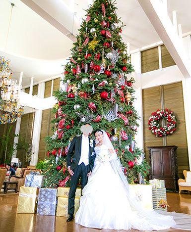 Interior design, Event, Christmas decoration, Dress, Red, Room, Bridal clothing, Interior design, Tradition, Holiday,