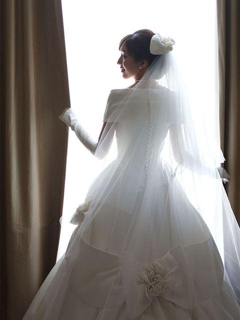 Wedding dress, Gown, Bridal accessory, Dress, White, Bridal clothing, Clothing, Bridal veil, Bride, Shoulder,