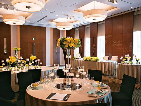 Lighting, Tablecloth, Yellow, Textile, Interior design, Furniture, Ceiling, Table, Function hall, Linens,