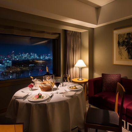 Tablecloth, Room, Interior design, Furniture, Textile, Table, Linens, Ceiling, Interior design, Restaurant,