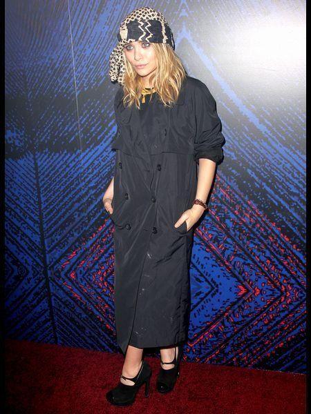 Sleeve, Dress, Headpiece, Electric blue, One-piece garment, Cobalt blue, Street fashion, Day dress, Fashion model, Long hair,