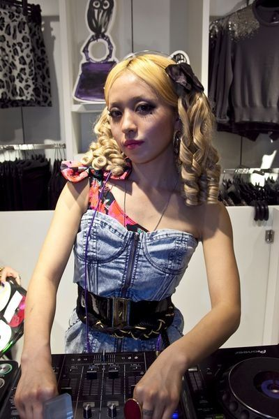 Hairstyle, Style, Fashion, Model, Electric blue, Long hair, Hair accessory, Latex, Electronics, Waist,