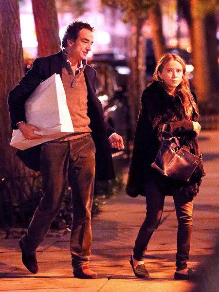 Footwear, Leg, Trousers, Shirt, Shoe, Outerwear, Style, Street fashion, Street, Fashion,