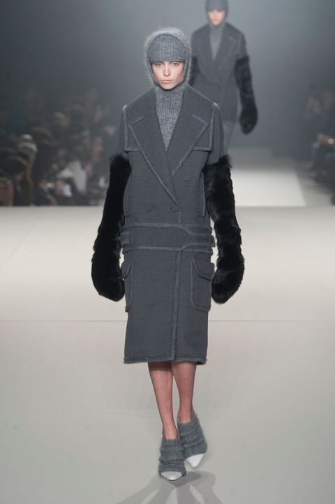 Sleeve, Human body, Shoulder, Winter, Textile, Fashion show, Joint, Outerwear, Runway, Coat,