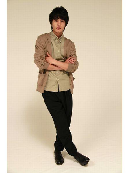 Dress shirt, Collar, Sleeve, Trousers, Human body, Shoulder, Shirt, Standing, Textile, Elbow,